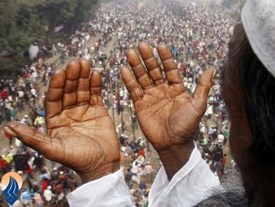 نیایش مسلمان بنگلادشی در آخرین روز از تجمع سه روزه اسلامی در سواحل رودخانه تونگو با هدف احیای اصول اسلامی و ترویج صلح از طریق نماز