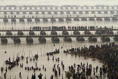 آغاز مراسم بزرگ هندوها در الله آباد هند با استحمام در نقطه برخورد سه رود گنگ، یامونا و ساراسواتی