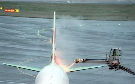 عملیات یخ زدایی بر روی هواپیمایی در فرودگاه هیترو لندن