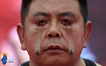 بلند کردن 2سطل آب به وزن 5کیلو گرم با پلک توسط یک مرد چینی