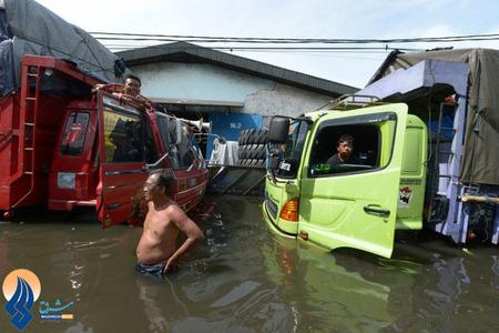 وجود آب در معابر و خیابان ها مانع کمک رسانی سریع به سیل زدگان و آسیب دیدگان پایتخت آندونزی شده است.