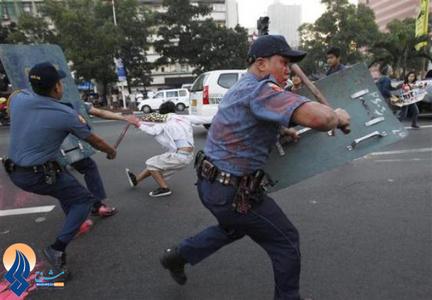 برخورد پلیس ضدشورش  با تظاهرکنندگانی که خواستار خروج نظامیان آمریکایی از خاک فیلیپین بودند.