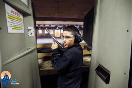 پسربچه11 ساله در حال تمرین در یک باشگاه تیراندازی ـ آمریکا