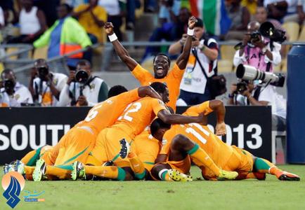 شادی بعد از گل تیم فوتبال ساحل عاج مقابل تونس در رقابت های جام ملتهای آفریقا