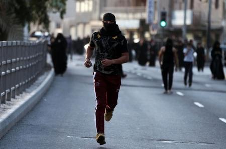 یورش نظامیان آل خلیفه به مراسم تشییع جنازه شهید 8ساله بحرینی