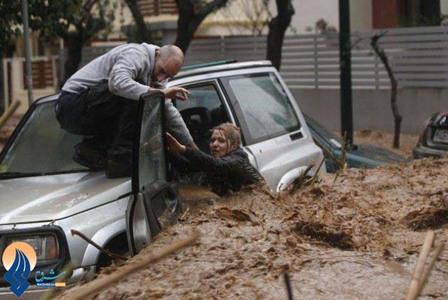نجات یک زن در سیلابی در شهر کلندری _ یونان