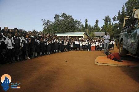 قدرتنمایی مردی ملقب به ببر خشمگین مقابل دانش آموزان _ کنیا