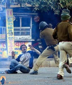 درگیری پلیس هند با صدها معترض به تجاوز جنسی علیه دختر بچه 7 ساله _ هند