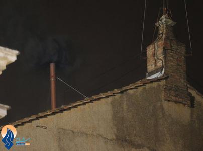 بیرون آمدن دود سیاه از دودکش کلیسای سنت پیتر،این به معنای این است که انتخاب پاپ در روز سه شنبه بدون نتیجه ماند.