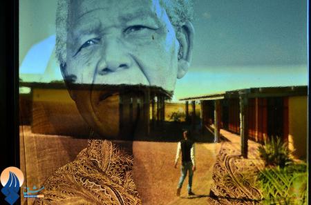 انعکاس تصویر نلسون ماندلا بر روی پنجره یک خانه _ آفریقای جنوبی