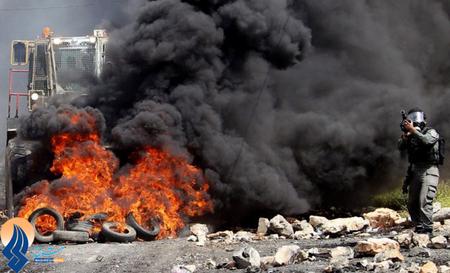 شلیک گاز اشکآور سرباز اسرائیلی به سوی فلسطینیان معترض به ادامه ساخت وساز  صهیونیست ها _ نابلس