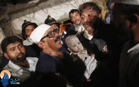 نجات یک کودک از زیر آوار ساختمان تخریب شده در بمبئی _ هند