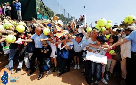 طرفداران رافائل نادال منتظر خارج شدن او از ورزشگاه و گرفتن عکس یادگاری و امضاء از او