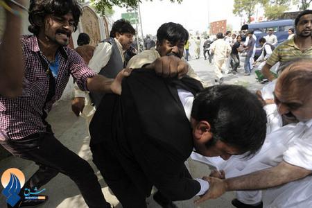 حمله طرفداران پرویز مشرف به قاضی دادگاه نخست وزیر سابق پاکستان