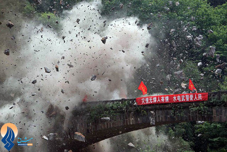 منفجر کردن یک پل مسدود شده بر اثر زلزله،توسط امدادگران برای کمک رسانی به زلزلهزدگان یکی از روستاهای حومه شهر سیچوان چین