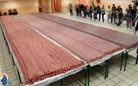 پخت بلندترین سوسیس دنیا به طول 6 ونیم کیلومتر توسط 3 آشپز فرانسوی _ فرانسه