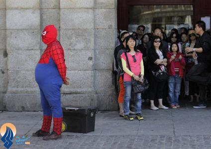 تکدیگری یک مرد نیازمند با لباس مرد عنکبوتی در خیابانهای مادرید _ اسپانیا