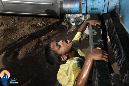 هجوم مردم به تانکر حامل آب آشامیدنی به دلیل کمبود آب شرب در پایتخت هند