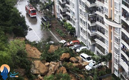 ریزش سنگهای بزرگ از صخرهای در مجاورت یک مجتمع مسکونی براثر بارش سنگین باران در استان گوانگدنگ _ چین
