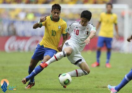 جدال نیمار و کاگاوا در دیدار تیمهای برزیل و ژاپن در بازی افتتاحیه جام کنفدراسیونها