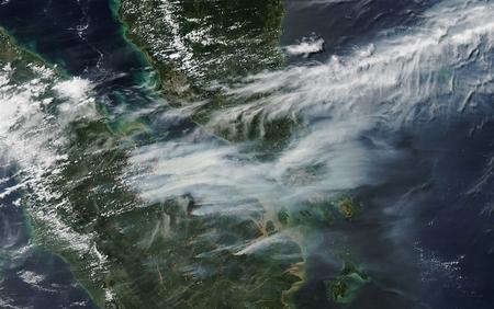 عکس هوایی از دود حاصل از آتش سوزی جنگل های سوماترا – سنگاپور