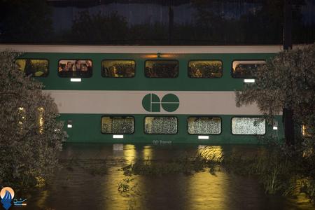 گرفتار شدن یک قطار شهری به همراه مسافرانش در سیل _ کانادا