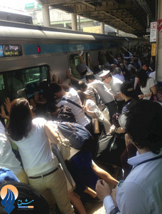 تلاش مردم برای نجات یک زن که میان سکو ایستگاه و قطار گرفتار شده بود _ ژاپن