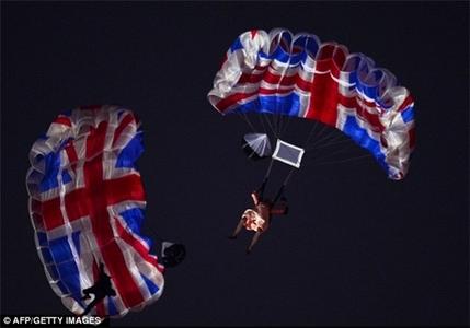 تصاویر دیدنی افتتاحیه و چتربازی ملکه و جیمز باند