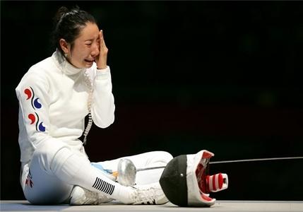 اشکهای شمشیرباز کرهای لام شین، پس از شکست که نیروهای امنیتی را مجبور کرد او را از سالن خارج کنند.