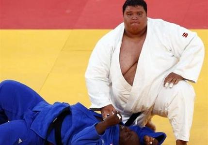 ریکاردو جونیور از کشور گوام جودوکار دسته فوق سنگین پس از پیروزی بر رقیبش. وزن این ورزشکار 218 کیلوگرم بود.  این ورزشکار عنوان سنگینترین ورزشکار تاریخ المپیک را به خود اختصاص داد.