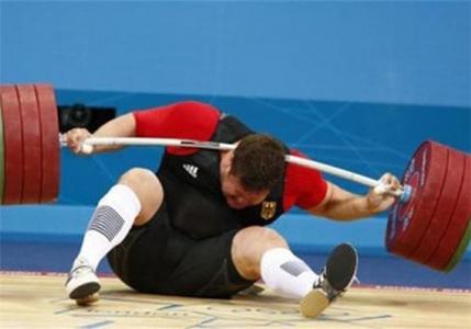 افتادن وزنه در مسابقات وزنهبرداری دسته فوق سنگین بر روی ماتیاس اشتاینر آلمانی.