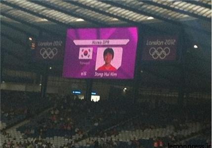 گاف بزرگ مسئولان المپیک لندن. حک شدن پرچم کشور کرهجنوبی در کنار اسامی تیم فوتبال زنان کرهشمالی.  پس از این اشتباه بزرگ، کمیته برگزار کننده بازیها با انتشار بیانیهای از مسوولان ورزشی کره شمالی عذرخواهی کرد و متعهد شد که چنین اشتباهی مجددا تکرار نمیشود.