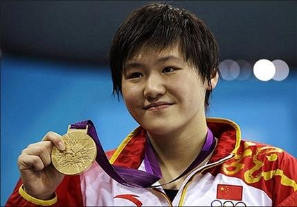 دختر شناگری که رکورد مردان را هم شکست. شی ون دختر 16 ساله چینی در پیکارهای شنای 400 متر مختلط توانست رکورد مردان را جابجا کند.