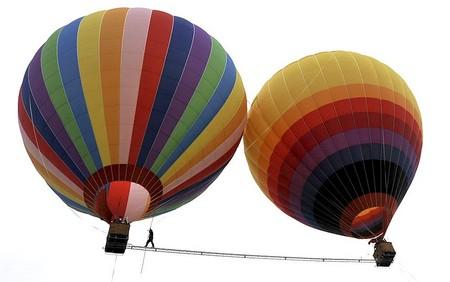 پیاده روی بندباز چینی روی نردبانی به طول 18 متر بین دو بالن در ارتفاع 100 متری از روی زمین _ چین