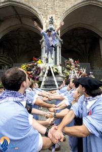 آئین سنتی و عجیب پرش بر روی دستان زنجیر شده _ اسپانیا