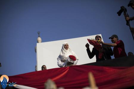 ازدواج دو تن از حامیان محمد مرسی در طول تظاهرات خیابانی _ قاهره