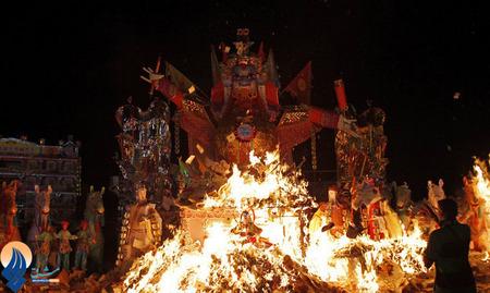 آتش زدن مجسمه اژدها،بخشی از آئین جشنواره سنتی اشباح _ چین