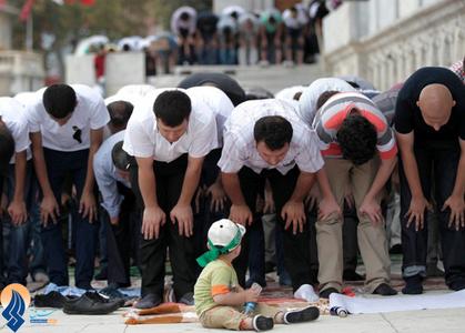 اقامه نماز جمعه حامیان مرسی در استانبول،قبل از برگزاری یک راهپیمایی در حمایت از محمد مرسی