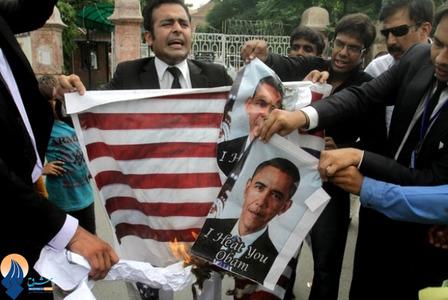 سوزاندن پرچم آمریکا و عکسهای اوباما در جریان یک تظاهراضد آمریکایی در شهر لاهور پاکستان