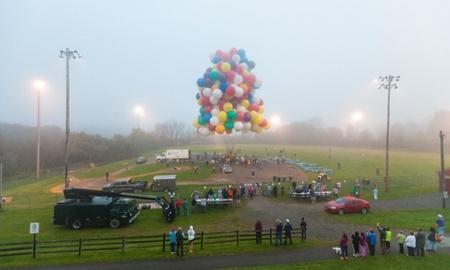 استفاده یک کانادایی از هزاران بادکنک پرشده از گاز هلیوم برای پرواز و عبور از اقیانوس اطلس