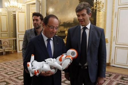 بازدید رئیس جمهور فرانسه از رباتی که در نمایشگاه تکنولوژی پاریس به نمایش درآمده