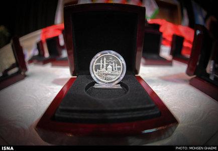 رونمایی سکه منقش به تصویر بارگاه کریمه اهل بیت(س)
