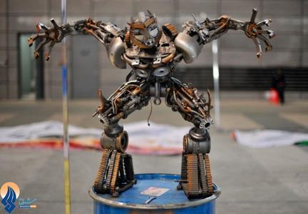 نمایش یک ربات ساخته شده از قطعات چند خودرو در نمایشگاه خوردو پکن