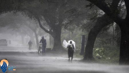 وزش بادهایی با سرعت 200 کیلوتر در ساعت و اختلال در رفت و آمد مردم در شرق هند