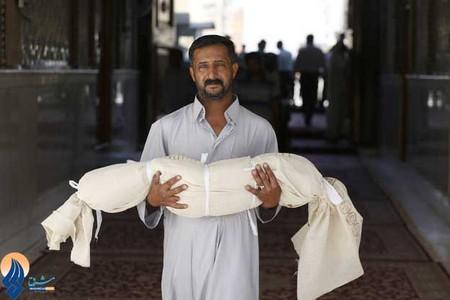 پدری که فرزند خود را در عملیات بمب گذاری اخیر در شهر نجف از دست داد