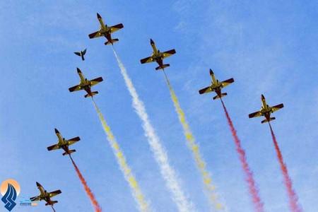 رژه هوایی خلیانان اسپانیایی در مراسم روز ملی اسپانیا در مادرید