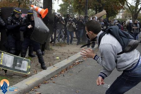 ادامه تظاهرات دانشآموزان فرانسوی در اعتراض به اخراج یک دانشآموز دختر غیر بومی از مدرسه توسط دولت فرانسه