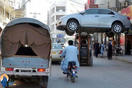 حمل خودروی متخلف با لیفتراک توسط پلیس راهنمایی و رانندگی شهر کویته_ پاکستان