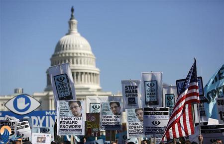 تظاهرات حامیان ادوارد اسنودن مقابل کاخ سفید