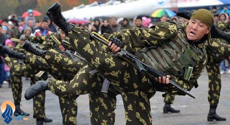 نمایش رزمی نیروهای ویژه ارتش قرقیزستان در یک پایگاه نظامی در روسیه